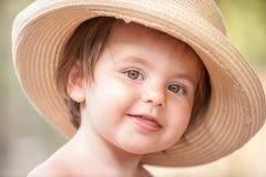Liten flicka med hatten Royaltyfri Fotografi