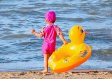 Liten flicka med hennes gulliga badcirkel Royaltyfri Foto