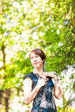 Liten flicka med hjärtor Asiatiskt le för kvinna som är lyckligt på solig sommar eller vårdag utanför i trädgård för blomningträd Royaltyfri Bild