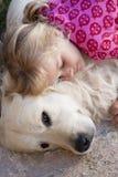 Liten flicka med hunden arkivbild