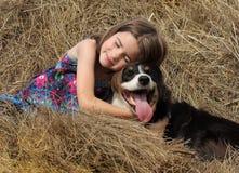 Liten flicka med hunden Arkivfoto