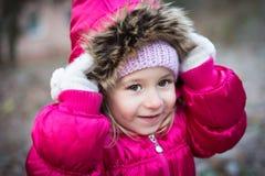 liten flicka med huven Arkivbild