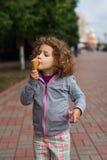Liten flicka med icecream i parkera Arkivfoton