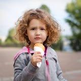 Liten flicka med icecream i parkera Arkivfoto