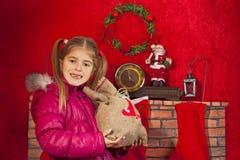 Liten flicka med julgåvan Arkivbild