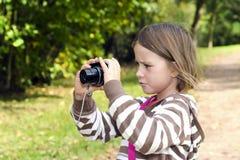 Liten flicka med kameran arkivbild