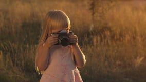 Liten flicka med kameran på naturen stock video