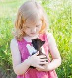 Liten flicka med katten Arkivbild