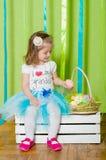 Liten flicka med korgen med påskägg Royaltyfria Bilder