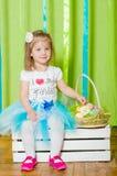 Liten flicka med korgen med påskägg Royaltyfri Fotografi