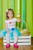 Liten flicka med korgen med påskägg Arkivfoto