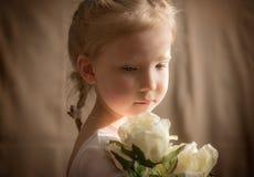 Liten flicka med krämiga rosor 2 Royaltyfri Fotografi
