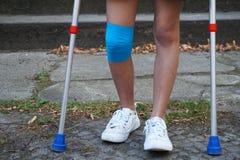 Liten flicka med kryckor på trappan Royaltyfria Bilder