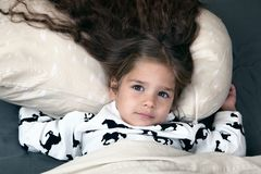 Liten flicka med läckert hår arkivbild