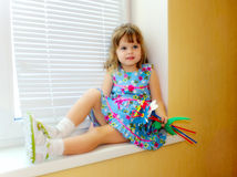 Liten flicka med leksakbuketten Arkivfoton