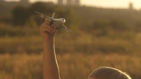 Liten flicka med leksakflygplanet stock video