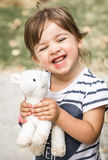 Liten flicka med leksaklammet Royaltyfri Fotografi