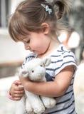 Liten flicka med leksaklammet Royaltyfri Bild