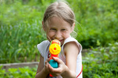 Liten flicka med leksakvattenvapnet Royaltyfri Fotografi