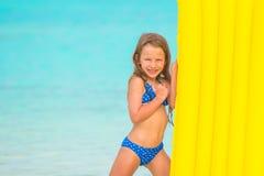 Liten flicka med luftmadrassen på sommarsemester Royaltyfri Fotografi