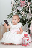 Liten flicka med mobiltelefonen Royaltyfria Foton