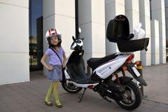 Liten flicka med motorcykeln Fotografering för Bildbyråer