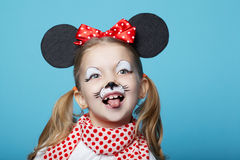 Liten flicka med musmaskeringen royaltyfri foto