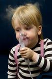 Flicka med inhalatoren Royaltyfri Fotografi