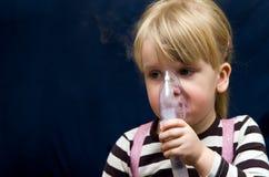 Flicka med inhalatoren Royaltyfria Foton