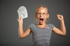 Liten flicka med pengar royaltyfri bild