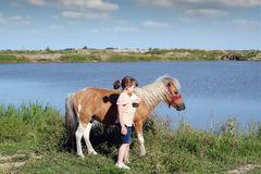Liten flicka med ponnyhästen Fotografering för Bildbyråer