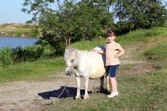 Liten flicka med ponnyhästen Royaltyfri Foto