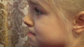 Liten flicka med reflexion av bildskärmen i ögon 4K UltraHD, UHD arkivfilmer