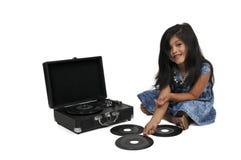 Liten flicka med rekordet för vinyl 45 och spelare Royaltyfri Foto