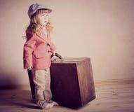 Liten flicka med resväskan Royaltyfri Bild