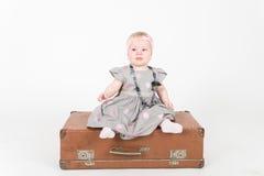 Liten flicka med resväskan Royaltyfria Bilder
