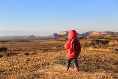 Liten flicka med ryggsäcklopp i sceniska berg Arkivbild