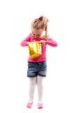 Liten flicka med shoppingpåsen som isoleras på vit Royaltyfri Foto