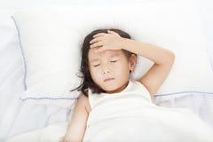 Liten flicka med sjukdom Arkivbild