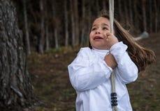 Liten flicka med skräck som ser upp royaltyfri bild