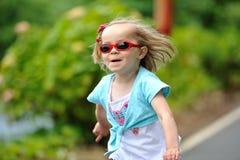 Liten flicka med solglasögon Royaltyfria Bilder