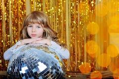 Liten flicka med sparcles för guld för diskobollang royaltyfria foton