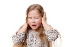 Liten flicka med stängda ögon och öron arkivbild
