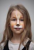 Liten flicka med ståenden för kattmålningmakeup Royaltyfri Bild