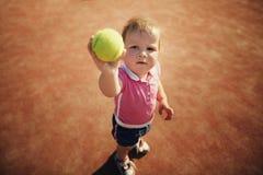 Liten flicka med tennisbollen Arkivfoto