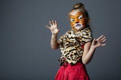 Liten flicka med tigerdräkten Royaltyfri Foto