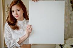 Liten flicka med tom vit för annonsering royaltyfri fotografi