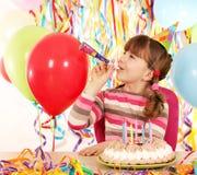 Liten flicka med trumpeten och födelsedagkakan Arkivbild
