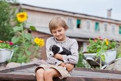Liten flicka med valpen Fotografering för Bildbyråer
