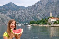 Liten flicka med vattenmelon på en Kotor för sommarsemester fjärd Royaltyfria Bilder